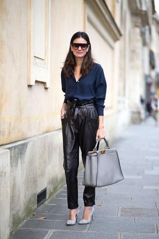 Wie kombinieren: dunkelblaues Businesshemd, schwarze Karottenhose aus Leder, graue Leder Pumps, graue Shopper Tasche aus Leder