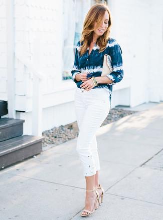 Wie kombinieren: dunkelblaues und weißes Mit Batikmuster Businesshemd, weiße Caprihose, hellbeige Leder Sandaletten, hellbeige Stroh Clutch