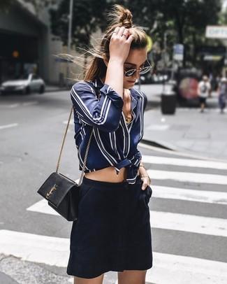 Wie kombinieren: dunkelblaues und weißes vertikal gestreiftes Seide Businesshemd, dunkelblauer Wildleder Minirock, schwarze Leder Umhängetasche, schwarze und goldene Sonnenbrille