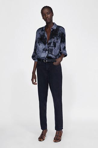 Wie kombinieren: dunkelgraues Mit Batikmuster Businesshemd, schwarze Jeans, schwarze Leder Sandaletten, schwarzer Ledergürtel