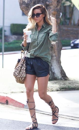 Schwarze Ledershorts kombinieren: trends 2020: Ein dunkelgrünes Businesshemd und schwarze Ledershorts sind absolut Casual-Basics und können mit einer Vielzahl von Stücken gepaart werden, um einen modischen, legeren Look zu zaubern. Suchen Sie nach leichtem Schuhwerk? Wählen Sie schwarzen hohe Römersandalen aus Leder für den Tag.