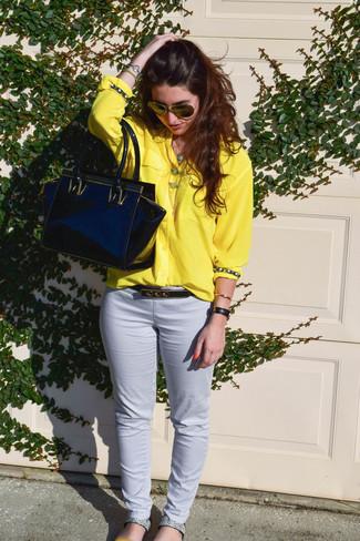 Wie kombinieren: gelbes Businesshemd, weiße enge Hose, graue flache Sandalen aus Leder mit Schlangenmuster, schwarze Shopper Tasche aus Leder
