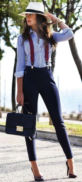 Hosenträger kombinieren: trends 2020: Für diesen super lässigen City-Look eignen sich ein weißes und blaues vertikal gestreiftes Businesshemd und ein Hosenträger ganz gut. Dieses Outfit passt hervorragend zusammen mit dunkellila Leder Pumps.