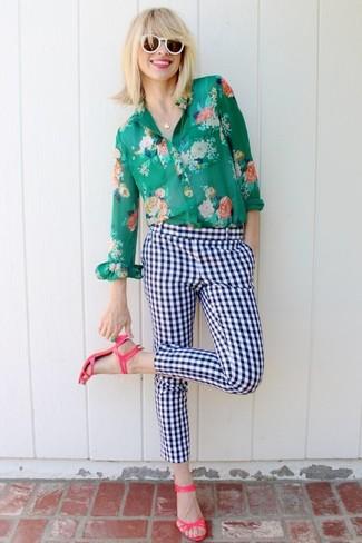 Wie kombinieren: grünes Businesshemd mit Blumenmuster, weiße und dunkelblaue enge Hose mit Karomuster, fuchsia Leder Sandaletten, weiße Sonnenbrille