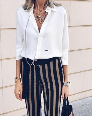 weißes Chiffon Businesshemd, schwarze vertikal gestreifte enge Hose, schwarze Shopper Tasche aus Leder, mehrfarbiger Anhänger für Damen
