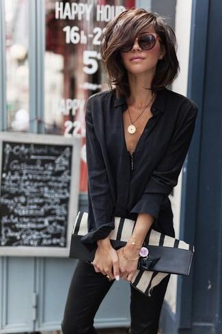 Wie kombinieren: schwarzes Businesshemd, schwarze enge Hose, hellbeige vertikal gestreifte Shopper Tasche aus Segeltuch, dunkelrote Sonnenbrille