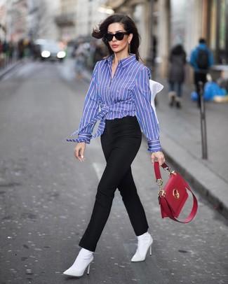 Wie kombinieren: blaues vertikal gestreiftes Businesshemd, schwarze enge Hose, weiße elastische Stiefeletten, rote Satchel-Tasche aus Leder