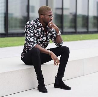 Wie kombinieren: schwarzes Businesshemd mit Blumenmuster, schwarze enge Jeans, schwarze Chelsea-Stiefel aus Wildleder, silberne Uhr