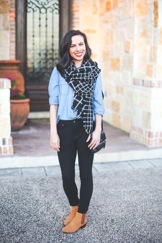 Wie kombinieren: hellblaues Businesshemd, schwarze enge Jeans, beige Chelsea-Stiefel aus Wildleder, schwarze Leder Umhängetasche