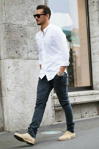 Wie kombinieren: weißes Businesshemd, dunkelgraue enge Jeans, hellbeige Chelsea-Stiefel aus Wildleder, schwarze Sonnenbrille