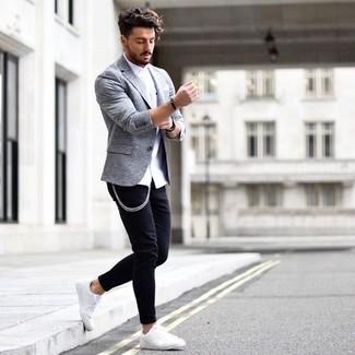 Wie kombinieren: weißes Businesshemd, schwarze enge Jeans, weiße Leder niedrige Sneakers, weißes Einstecktuch