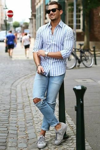 Wie kombinieren: hellblaues vertikal gestreiftes Businesshemd, hellblaue enge Jeans mit Destroyed-Effekten, graue niedrige Sneakers, schwarze Sonnenbrille