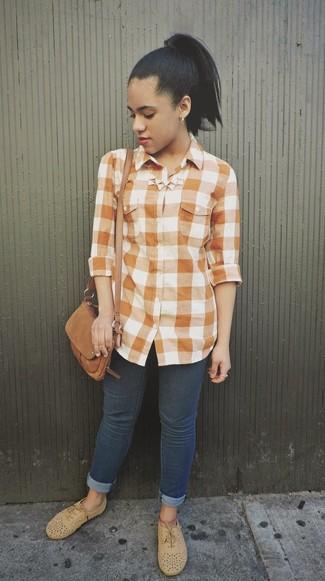 Wie kombinieren: orange Businesshemd mit Vichy-Muster, dunkelblaue enge Jeans, beige Wildleder Oxford Schuhe, braune Wildleder Umhängetasche