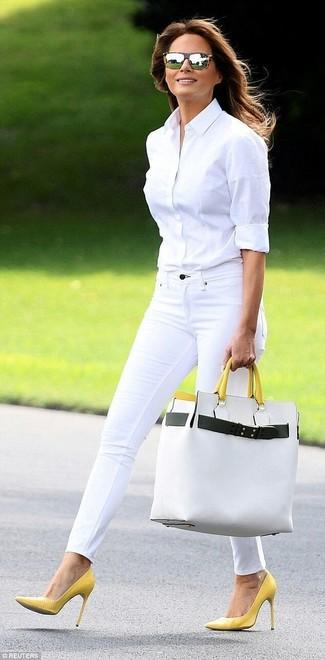 Tragen Sie ein weißes businesshemd und eine weiße shopper tasche aus leder für eine klassischen und verfeinerte Silhouette. Ergänzen Sie Ihr Look mit gelben leder pumps.