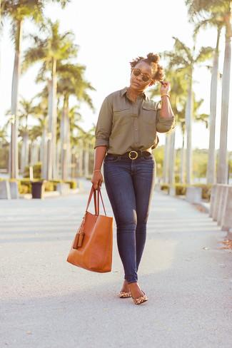 Dunkelbraunen Ledergürtel kombinieren – 54 Elegante Damen Outfits: Ein olivgrünes Businesshemd und ein dunkelbrauner Ledergürtel erzeugen einen lockeren Trend-Look, der aber immer stylisch bleibt und Ihre Persönlichkeit unterstreicht. Beige Leder Pumps mit Leopardenmuster sind eine perfekte Wahl, um dieses Outfit zu vervollständigen.