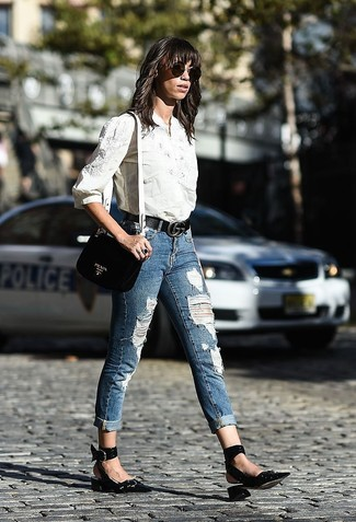 Wie kombinieren: weißes besticktes Businesshemd, blaue enge Jeans mit Destroyed-Effekten, schwarze Leder Pumps, schwarze Leder Umhängetasche