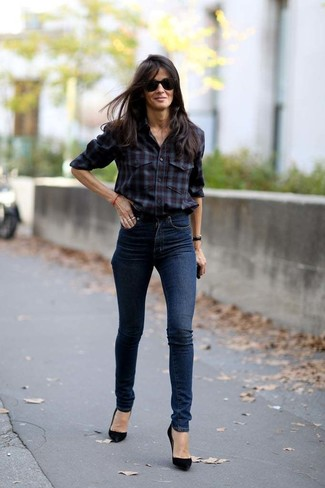 Wie kombinieren: dunkelrotes Businesshemd mit Schottenmuster, dunkelblaue enge Jeans, schwarze Wildleder Pumps, schwarze Sonnenbrille