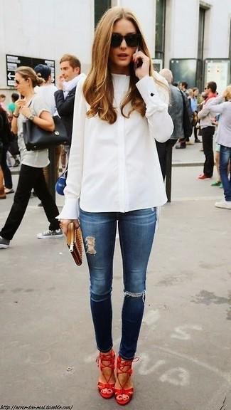 Olivia Palermo trägt Weißes Businesshemd, Dunkelblaue Enge Jeans mit Destroyed-Effekten, Rote Leder Sandaletten, Beige Leder Clutch