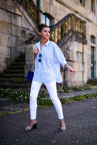 Wie kombinieren: hellblaues Businesshemd, weiße enge Jeans mit Destroyed-Effekten, hellblaue Leder Sandaletten, blaue Leder Umhängetasche