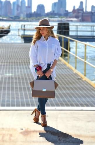 Wie kombinieren: blaues vertikal gestreiftes Businesshemd, dunkelblaue enge Jeans, braune Wildleder Sandaletten, braune Satchel-Tasche aus Leder