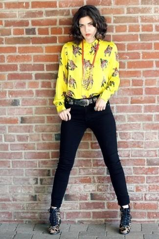 Wie kombinieren: gelbes bedrucktes Businesshemd, schwarze enge Jeans, beige Schnürstiefeletten aus Kalb Haar mit Leopardenmuster, schwarzer Gürtel