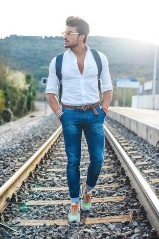 Wie kombinieren: weißes Businesshemd, blaue gepunktete enge Jeans, graue Sportschuhe, dunkelblauer Leder Rucksack