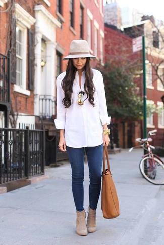 Wie kombinieren: weißes Businesshemd, blaue enge Jeans, hellbeige Wildleder Stiefeletten, rotbraune Shopper Tasche aus Leder
