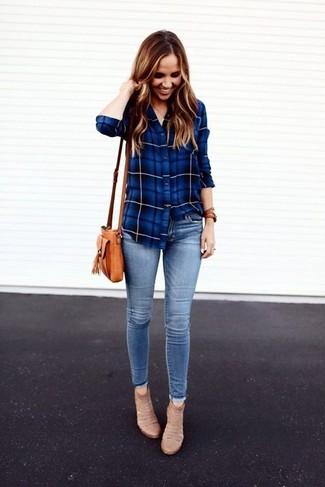 Hellblaue enge Jeans kombinieren: trends 2020: Um eine legere und coole Silhouette zu erhalten, entscheiden Sie sich für ein blaues Businesshemd mit Schottenmuster und hellblauen enge Jeans. Komplettieren Sie Ihr Outfit mit hellbeige Wildleder Stiefeletten.