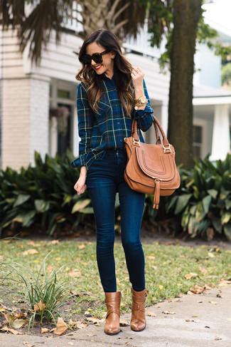 Wie kombinieren: dunkelblaues Businesshemd mit Schottenmuster, dunkelblaue enge Jeans, beige Leder Stiefeletten, beige Satchel-Tasche aus Leder