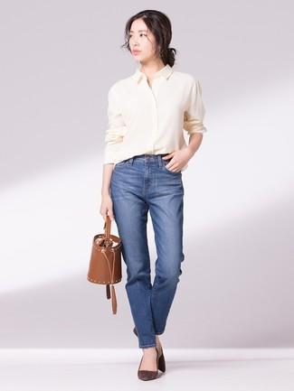 Wie kombinieren: gelbes Businesshemd, blaue Jeans, dunkelbraune Wildleder Pumps, braune Leder Beuteltasche