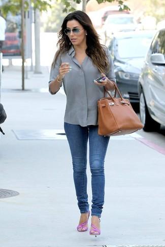 Wie kombinieren: graues Businesshemd, blaue enge Jeans, fuchsia Leder Sandaletten, rotbraune Shopper Tasche aus Leder