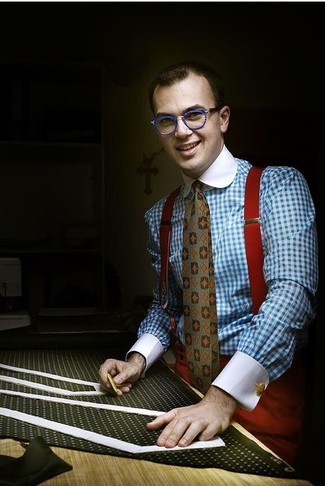 Wie kombinieren: hellblaues Businesshemd mit Vichy-Muster, rote Anzughose, olivgrüne bedruckte Krawatte, roter Hosenträger