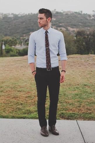 Wie kombinieren: hellblaues Businesshemd, schwarze Anzughose, dunkelbraune Leder Oxford Schuhe, schwarze Krawatte mit Blumenmuster