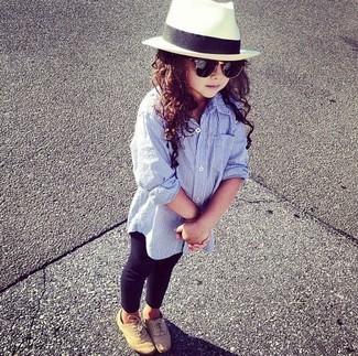 Wie kombinieren: hellblaues Businesshemd, schwarze Leggings, beige Oxford Schuhe, weißer Hut