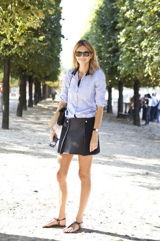 Vereinigen Sie ein hellblaues Businesshemd mit einem schwarzen Minirock für einen bequemen Alltags-Look. Wenn Sie nicht durch und durch formal auftreten möchten, ergänzen Sie Ihr Outfit mit schwarzen Römersandalen aus Leder.