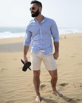 Wie kombinieren: hellblaues Businesshemd, hellbeige Shorts, schwarze Gummi Sandalen, schwarze Sonnenbrille