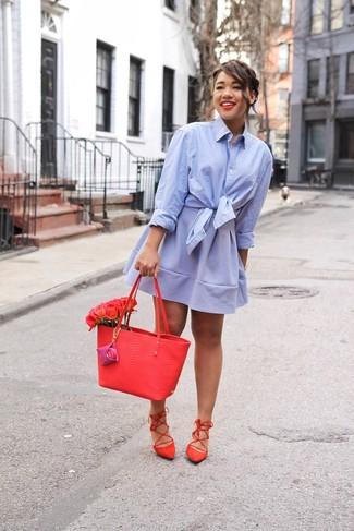 Wie kombinieren: hellblaues Businesshemd, hellblauer Skaterrock, rote Römersandalen aus Wildleder, rote Shopper Tasche aus Leder