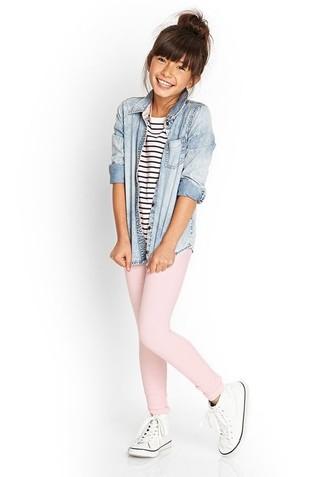 Wie kombinieren: hellblaues Jeans Businesshemd, weißes und dunkelblaues horizontal gestreiftes T-shirt, rosa Leggings, weiße Turnschuhe