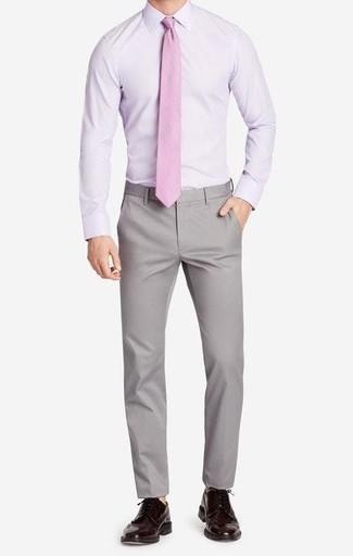 Wie kombinieren: hellviolettes Businesshemd, graue Chinohose, dunkelbraune Leder Brogues, rosa Krawatte