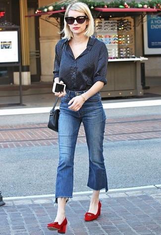 Dunkelblauen Hosenrock aus Jeans kombinieren: trends 2020: Vereinigen Sie ein schwarzes gepunktetes Businesshemd mit einem dunkelblauen Hosenrock aus Jeans, um ein modisches Alltags-Outfit zu schaffen. Vervollständigen Sie Ihr Look mit roten Wildleder Pumps.