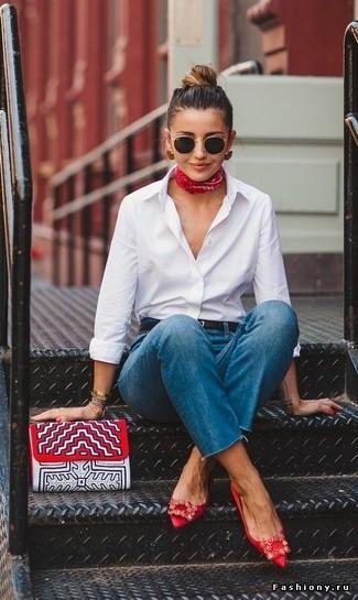 Damen Outfits 2020: Probieren Sie diese Paarung aus einem weißen Businesshemd und blauen Jeans für einen für die Freizeit geeigneten Look. Wenn Sie nicht durch und durch formal auftreten möchten, komplettieren Sie Ihr Outfit mit roten verzierten Satin Ballerinas.