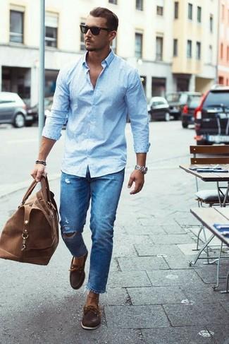 Wie kombinieren: hellblaues gepunktetes Businesshemd, blaue Jeans mit Destroyed-Effekten, dunkelbraune Leder Bootsschuhe, braune Leder Sporttasche