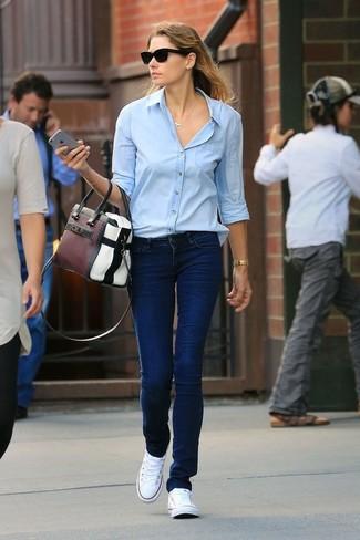 Wie kombinieren: hellblaues Businesshemd, dunkelblaue Jeans, weiße Segeltuch niedrige Sneakers, mehrfarbige Shopper Tasche aus Leder