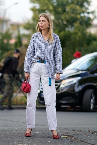 Weiße Jeans kombinieren: trends 2020: Ein hellblaues Businesshemd mit Vichy-Muster und weiße Jeans sind absolut Casual-Must-Haves und können mit einer Vielzahl von Kleidungsstücken gepaart werden. Rote Wildleder Pumps mit Leopardenmuster sind eine kluge Wahl, um dieses Outfit zu vervollständigen.