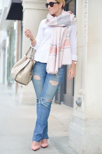 Wie kombinieren: weißes Businesshemd, blaue Jeans mit Destroyed-Effekten, rosa Wildleder Pumps, hellbeige Shopper Tasche aus Leder