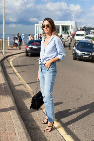 Wie kombinieren: hellblaues Businesshemd, hellblaue Jeans, schwarze Leder Sandaletten, schwarze Satchel-Tasche aus Leder