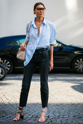 Wie kombinieren: hellblaues Businesshemd, schwarze Jeans, weiße Leder Sandaletten, schwarze Leder Sandaletten
