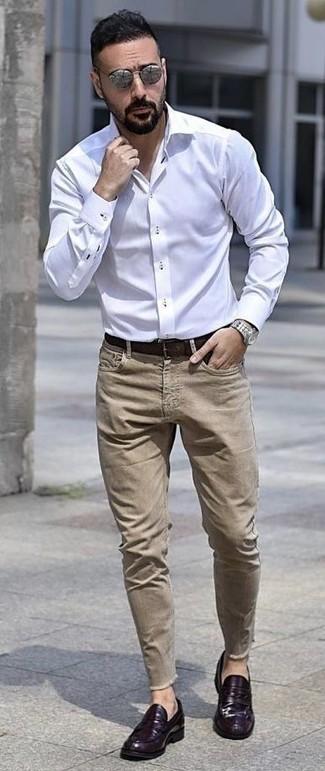 Wie kombinieren: weißes Businesshemd, beige Jeans, violette Leder Slipper, dunkelbrauner Ledergürtel