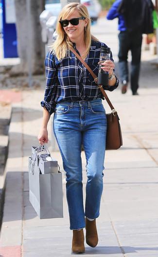Wie kombinieren: weißes und dunkelblaues Businesshemd mit Schottenmuster, blaue Jeans, braune Wildleder Stiefeletten, braune Leder Umhängetasche