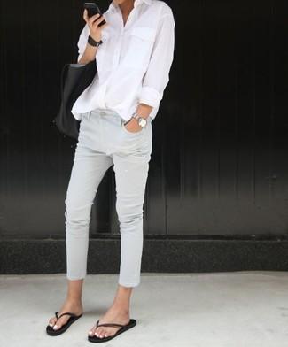 Erwägen Sie das Tragen von einem weißen businesshemd und weißen jeans, um einen lockeren, aber dennoch stylischen Look zu erhalten. Fühlen Sie sich mutig? Wählen Sie schwarzen zehentrenner von Moschino.